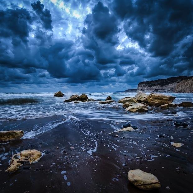 Scena di spiaggia tempestosa