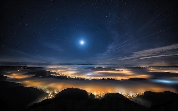 Notte stellata sopra le nuvole