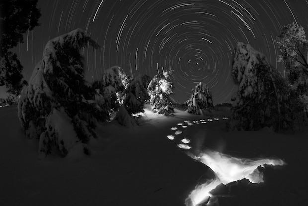 Neve e sentiero stellato di notte