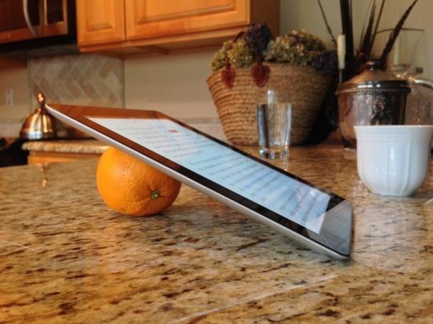 Supporto per iPad arancione, funziona seriamente