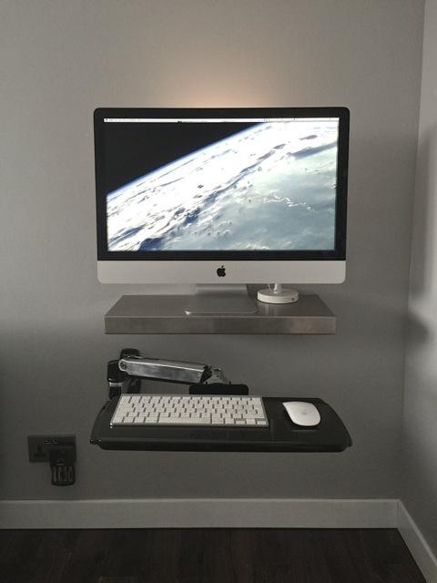 Postazione di lavoro minimalista iMac con ripiano articolato