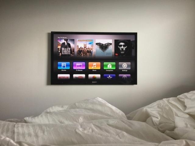 Una TV a schermo piatto montata a parete con Apple TV