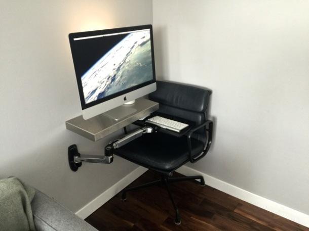 iMac con ripiano per tastiera articolato