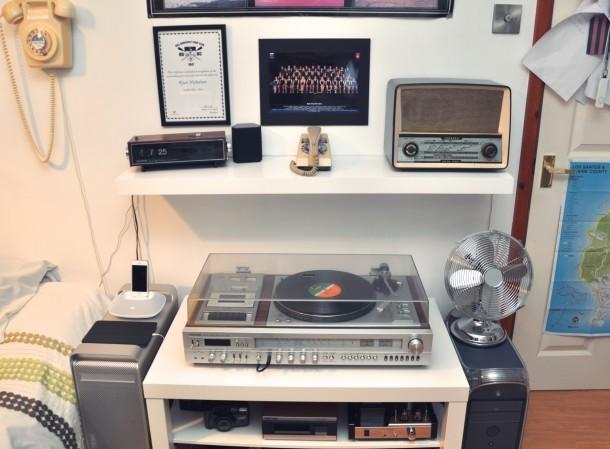 Vintage Mac seutp, vecchi Mac, giradischi, vecchio telefono rotante e radio