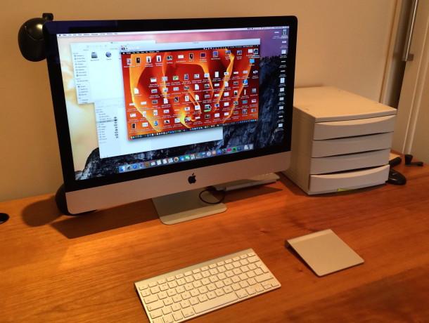 Stazione di lavoro dei giornalisti, desk degli assistenti che utilizza la condivisione dello schermo su un iMac