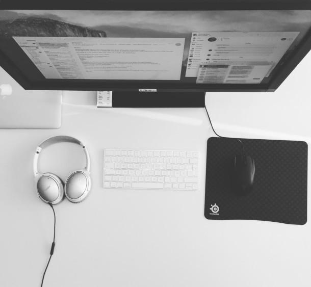 Mac installazione minimalista in bianco e nero workstation