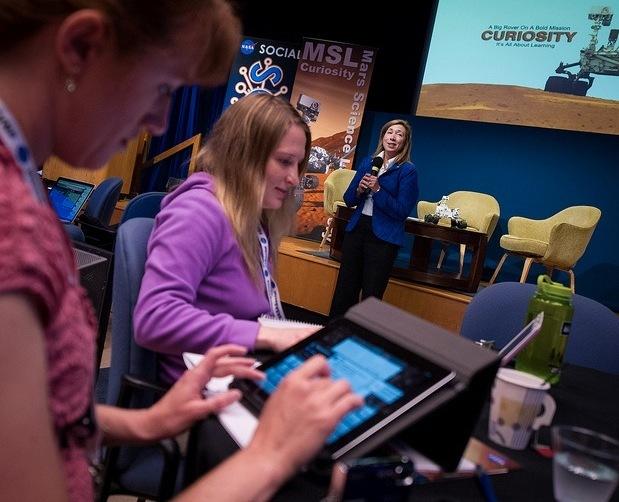 Lavoratore di Mars Curiosity della NASA che usa l'iPad