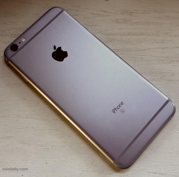 L'iPhone Plus S è appoggiato a faccia in giù su una scrivania