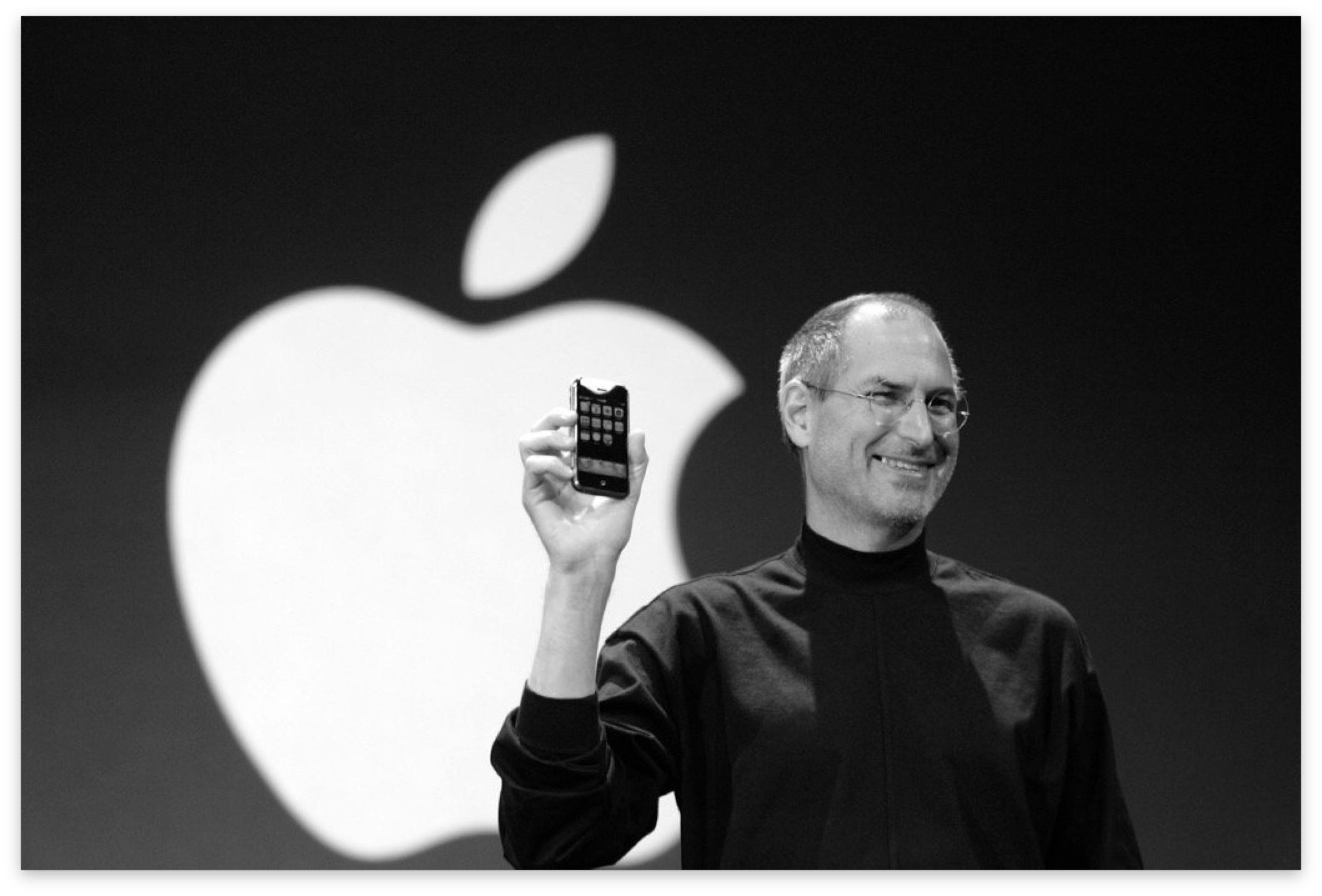 Steve Jobs mostra l'iPhone originale sul palco