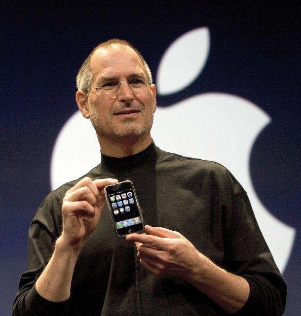 Steve Jobs detiene il primo iPhone in assoluto